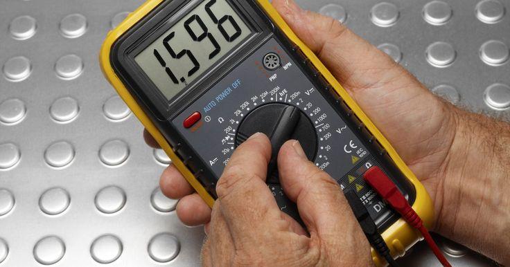 Como detectar um curto-circuito de 12v. Um circuito de 12v geralmente é conectado a uma bateria ou a um transformador. Como a tensão é relativamente baixa, é seguro solucionar um possível curto-circuito sem ter que tomar medidas extremas. Um circuito deve ser completo para que qualquer dispositivo eletrônico funcione, então, se você perceber que seu aparelho não está funcionando, pode ...