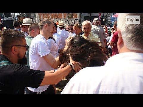 Itthon: A harmonikus családi fotók mestere a Tusványoson tüntető nőt lerántó férfi - HVG.hu NAGYON HELYES, AKI BUNKÓ AZT FARAGNI KELL! AZ MÁR NAGYON KÉSŐ! KÜLÖNBEN IS NEM FACEBOOKON KELLETT VOLNA ELNÉZÉST KÉRNIE!