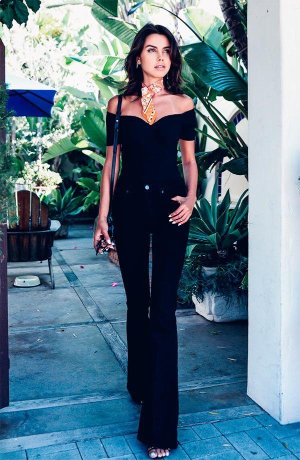 Street style look com flare jeans preto.