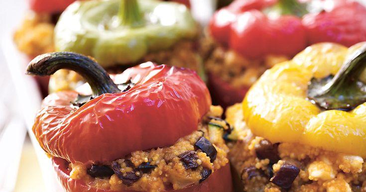 Gefüllte Paprika im Ofen mit Hirse, Feta, Gemüse und Kräutersoße ganz einfach zubereiten. Ein vegatarisches Rezept von Alnatura mit Schritt für Schritt Anleitung.