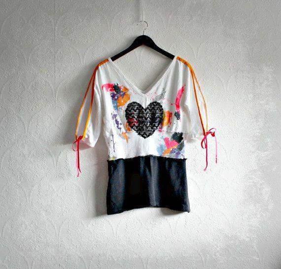 années 1980 inspiré vêtements Upcycled chemise Neon couleurs Paint Splatter fente manches épingle de sûreté coeur noir Medium féminin haut blanc 'STEPH'