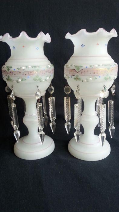 Online veilinghuis Catawiki: Een paar geëmailleerde opaline glazen bokalen, Bohemen, circa 1900