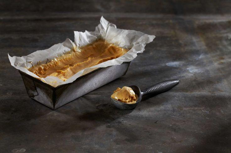 Hjemmelaget iskrem med brunost smaker fantastisk. Denne isen er en perfekt avslutning på en god middag. Oppskriften gir deg ca. 8 dl iskrem.