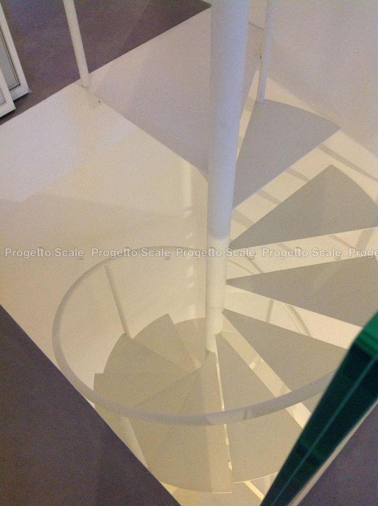 Dettagli strutturali. Scala a chiocciola in metallo white