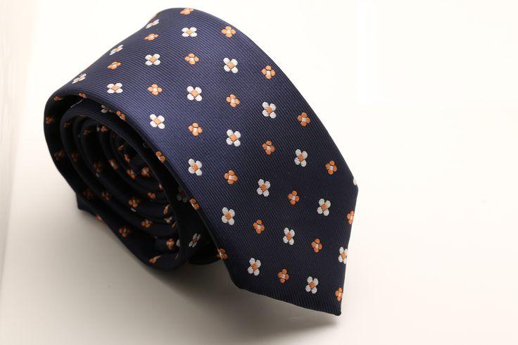 Deze charmante stropdas is wat je krijgt als klassiek een ontmoeting heeft geregeld met modern. Hij heeft een mooi patroon, opnieuw uitgevonden in een modern jasje. Daarnaast past hij, vanwege de veelzijdige donkere kleur, makkelijk bij alle stijlen. Deze stropdas is 6 cm breed en word verzonden in een doosje. http://justmerried.luondo.nl/11865333/blauwe-stropdas--2