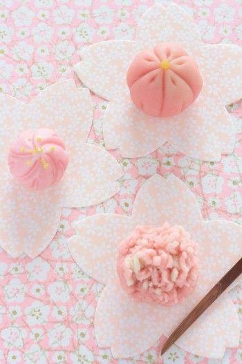 手前 鶴屋八幡の生和菓子、 http://www.turuyahatiman.co.jp/ 左側 花見 白鷲宝(はくろほう)桜は、日本橋三越限定品…