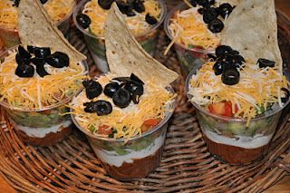 awesome idea!Sour Cream, Tacos Dips, Parties, Food, Beans Dips, Chips Dips, Appetizers, Savory Recipe, Seven Layered Dips