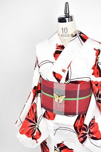 さっぱりとした白の地に愛らしく映える赤い羽の蝶々が、ふわりふわりと舞い遊ぶように染め出された注染レトロ浴衣です。