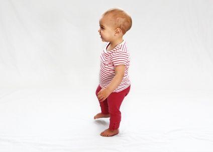Si te estás preguntando qué andador necesita un bebé para aprender a caminar, la respuesta es: ninguno. Los bebés se preparan para dar sus primeros pasitos desde que nacen, y el proceso les tomará entre 12 a 18 meses.