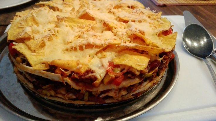 Tortilla taart met gehakt, wraps, tacokruiden, tortillachips, kaas en lekker veel groenten!