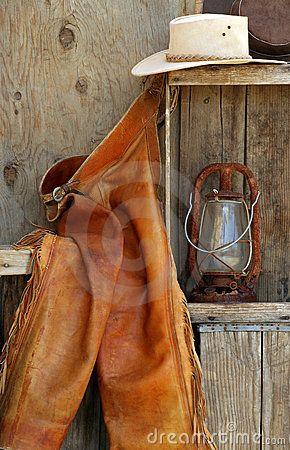 Rachaduras do couro, chapéus de cowboy, lanterna na prateleira