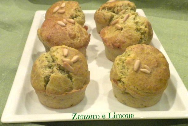 I muffins al pesto sono una delle tante possibili varianti salate dei tradizionali dolcetti anglosassoni. Golosissimi e profumati, ottimi per un buffet.