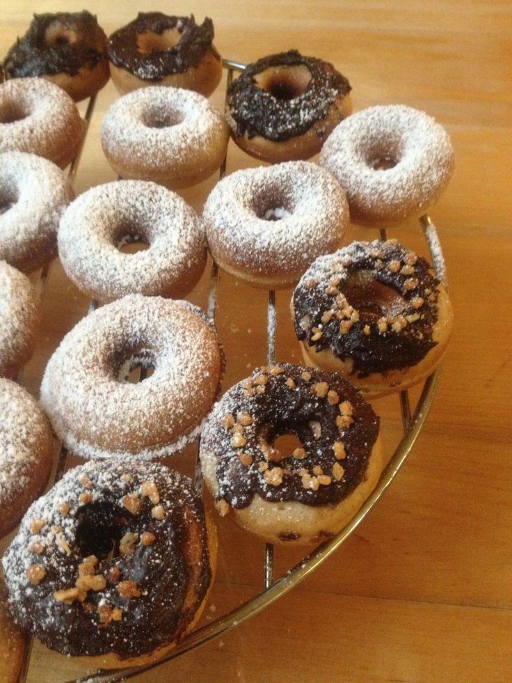 Donuts. Je hebt ze in verschillende maten, met verschillende glazuur met verschillende kleuren, met chocolade of met poedersuiker.Maar vooral, je kan ze ook bakken in plaats van frituren. En volle...