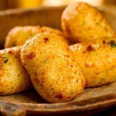 BOLINHO ARROZ http://comidasebebidas.uol.com.br/receitas/2013/08/07/bolinho-de-arroz-com-queijo.htm