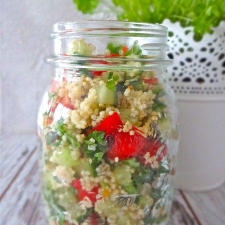 Dieser leckere Quinoa-Kichererbsen Salat mit sonnengetrockneten Tomaten verbindet einige meiner Lieblingszutaten.