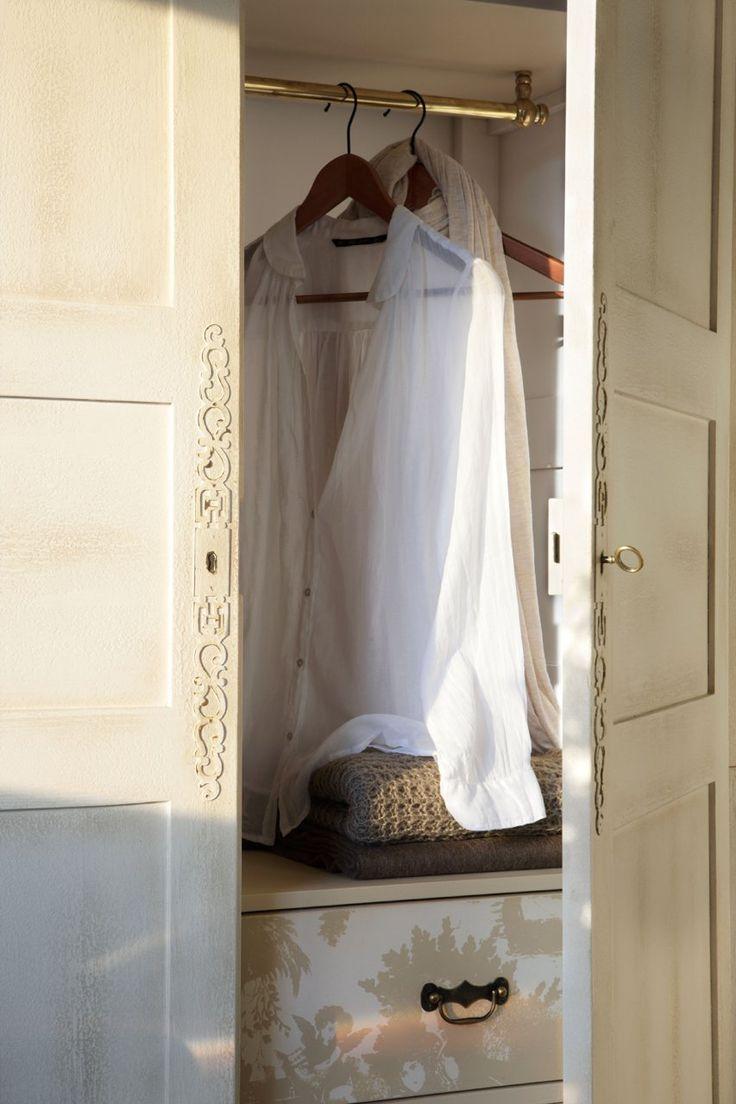Interior del armario con ropa colgada. Armario