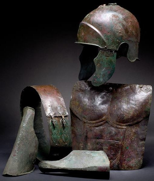 Samnite armour, Sanniti, an Italic set of armour, 5th/4th century B.C. Samnite armour, Sanniti, Italic-Chalcidian helmet, 23 cm high Short bronze Samnite muscle breastplate with contoured anatomical details, 30 cm high  Samnite belt with fittings decorated with finely chiselled palmettes, 8 cm wide and  pair of bronze greaves, 24 cm high Private collection, from Hermann Historica auction
