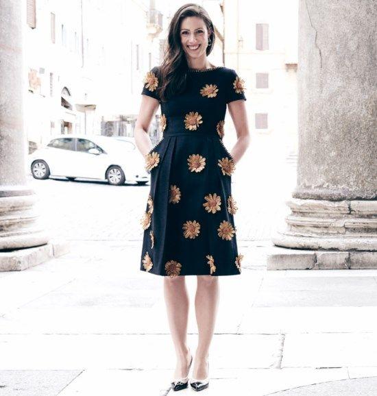Prinses Viktoria de Bourbon-Parme in zwarte linnen jurk met raffia bloemen van Michael Kors en zwart/wit/beige schoenen van Paul Warmer.