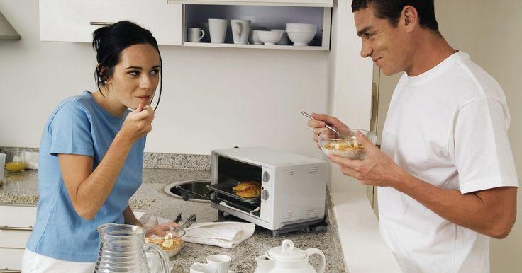 Cómo cocinar en un horno eléctrico. Cocinar en un horno eléctrico puede ser gratificante, especialmente si es tu primera vez. Hay precauciones que tomar cuando usas cualquier artefacto y especialmente cuando la temperatura en ese aparato puede exceder los 500 grados Fahrenheit (260 grados centígrados). Este artículo repasará la información básica necesaria para cocinar en un horno ...