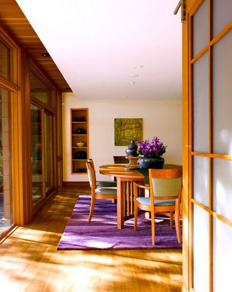 sala de jantar com tapete roxo