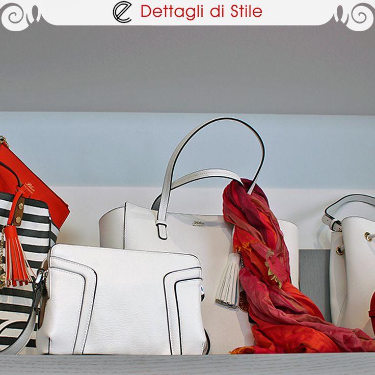 In primo piano, #borsa in ecopelle bianca #Marella. Dietro, #shopper in ecopelle bianca #LesCopains con #foulard sui toni del rosso #MalaAlisha.  #glamour #fashion #bags #eldaelegance #eldastyle