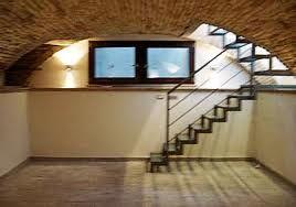 La scala che porta alla stanza più riservata de L'Androne. Anche in questo caso, prima del nostro personalissimo tocco.
