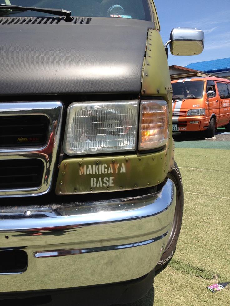 《No.013》  ・ニックネーム  GT09B      ・メーカー名、車種、年式  ダッジ ラムバン 1995    ・アピールポイント  コンセプトはミリタリースポーツレーシング  内装・外装ほとんど自作 チープDIYカーです!  戦闘機風に飾り付け、エイジング加工  こんなでかい図体でドリフトできちゃいます(^^)v