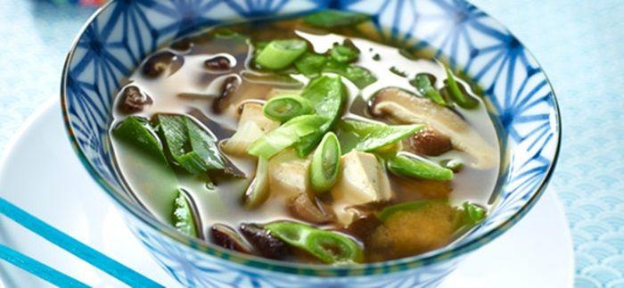 Toevoegen aan mijn receptenDeze typische Japanse soep is binnen 10 minuten bereid. Je kunt qua groenten wat variëren als je wilt. Zo kun je je eigen draai geven aan dit simpele voorgerecht!