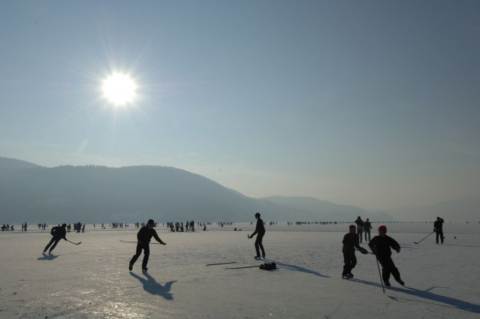 Leider konnte heuer der Wörthersee nicht zum Eislaufen freigegeben werden. Wann immer es möglich ist, ist es aber für junge und ältere Klagenfurterinnen und Klagenfurter ein Erlebnis. Der größte See Kärntens und einer der wärmsten Alpenseen wurde von Gletschern in der Eiszeit geformt. Der Wörthersee ist 19,39 km² groß und erstreckt sich in Ost-West-Richtung über 16,5 km. Der tiefste Punkt des Wörthersees liegt in 85,2 m, die mittlere Tiefe beträgt 41,9 m.
