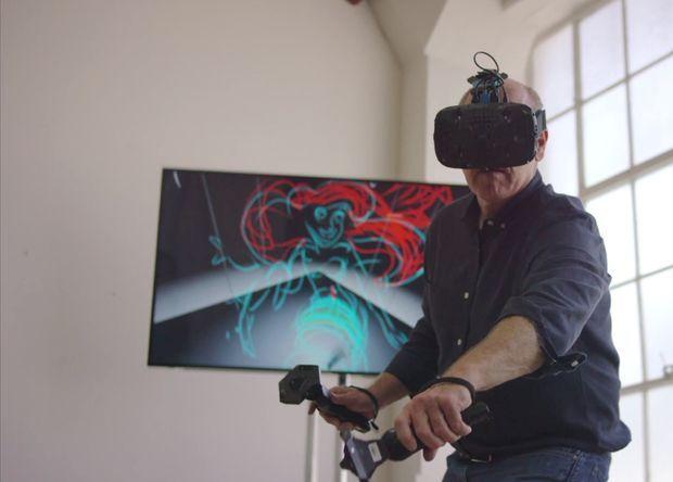 Глен Кин работает в VR-очках HTC Vive.