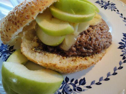 Déclarons la saison des #BBQ ouverte! Je vous propose ces #burgers_veau_havarti_pommes.