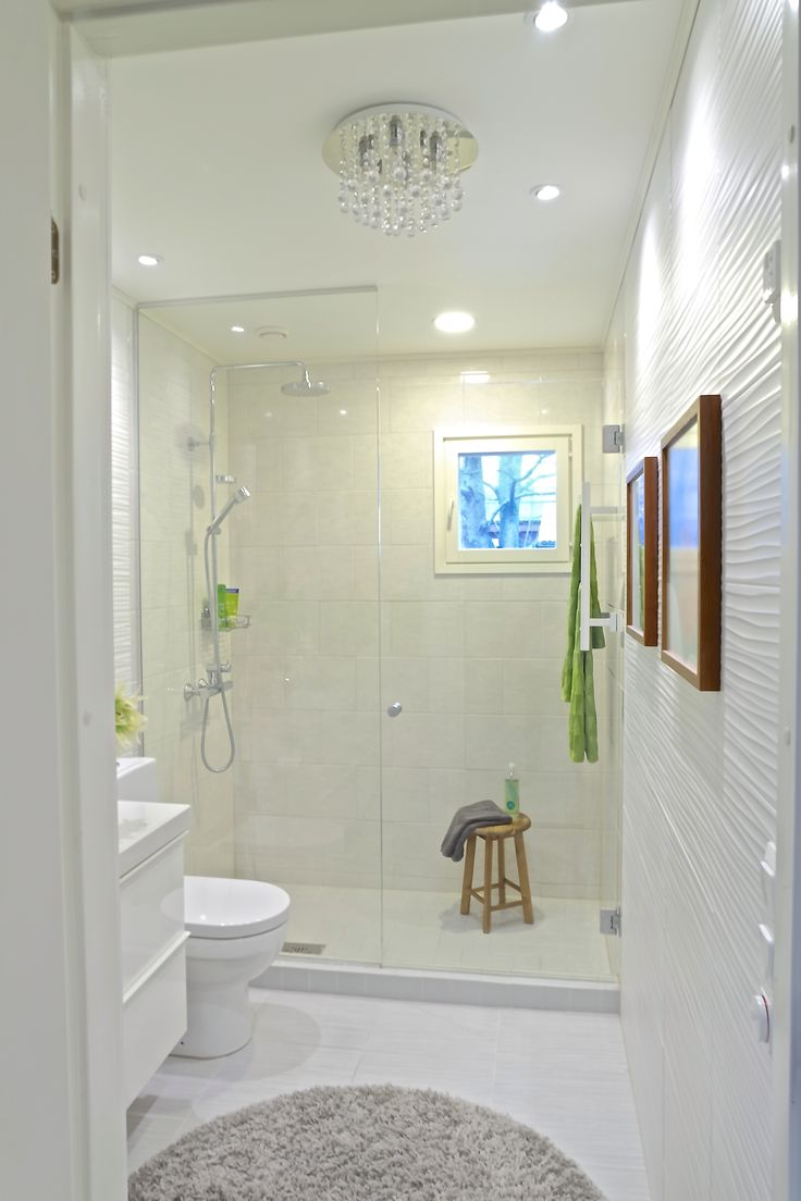 Light bathroom with hints of green and wood