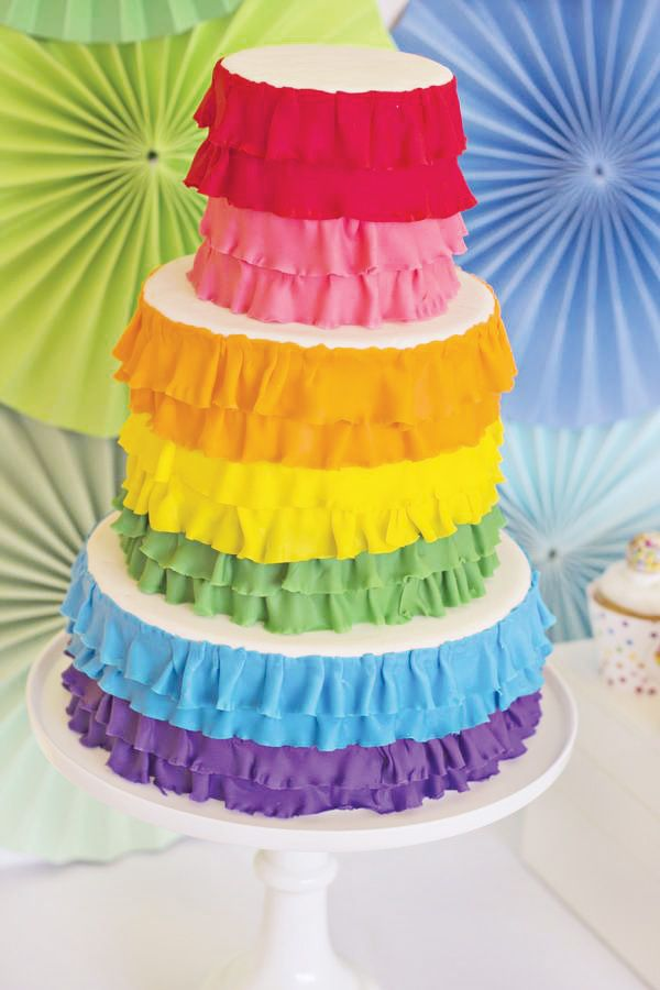 Una tarta muy alegre, idónea para una fiesta arcoiris / A bright and colourful cake, ideal for a rainbow party