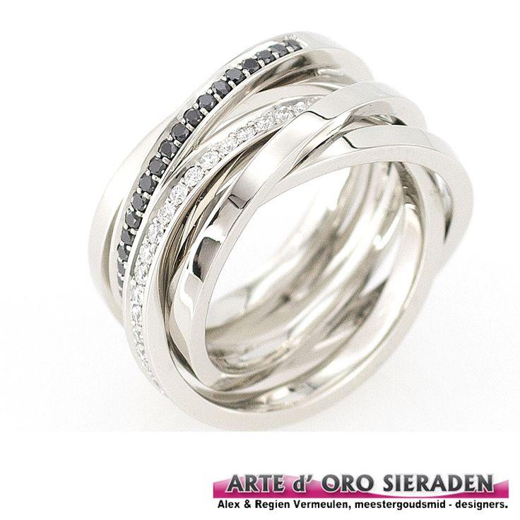 Witgouden 5 banen ring met zwarte en witte briljant geslepen diamanten, handgemaakt door meestergoudsmid Alex Vermeulen , Arte d' oro sieraden,  Nijmegen.