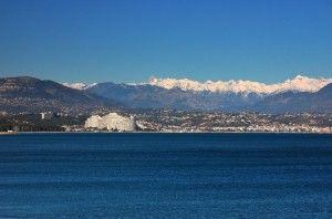 Marina Baie des Anges dans son environnement - En toile de fond, les alpes...