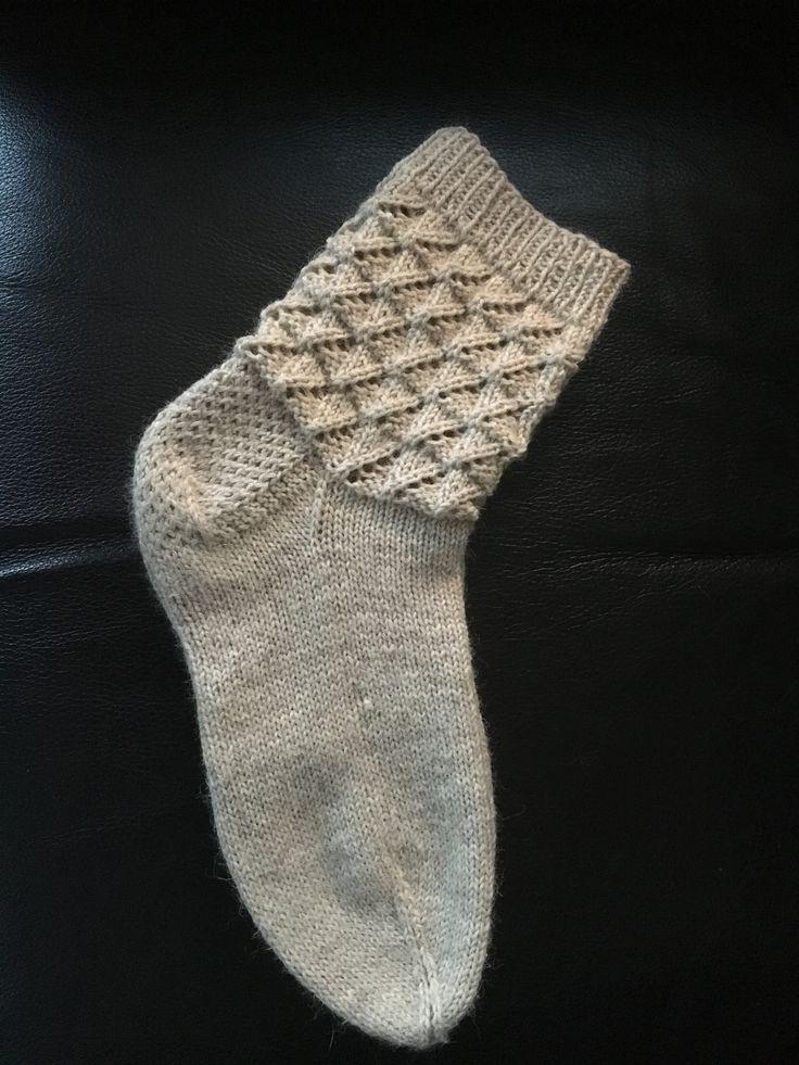 Lankana Novita Nalle, ristiinvahvistettu kantapää ja nauhakavennus, varren kuvio otettu Novitan sukkalehdestä v. 2011