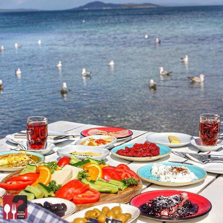 Serpme Kahvaltı - Denizaltı Cafe & Restaurant / Urla - İzmir  Çalışma Saatleri 08:00 - 00:30 ☎ 0 232 752 24 92  25 TL / Kişi Başı  Alkollü Mekan  Paket Servis Yok  Sodexo, Multinet, Ticket Var Daha fazlası için Snapchat : yemekneredeynr takip et... ▫  Sınırsız çay servisi ile birlikte, Fotoğraftaki görsel 2 kişiliktir.