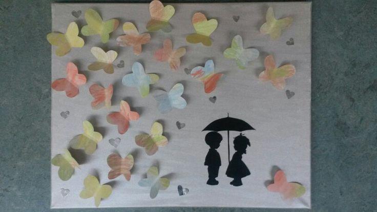 Alle kinderen in de klas een vlindertje in laten kleuren met krijt. Deze op een zilver geverfd canvas doek geplakt en wat zilveren hartjes erbij en een leuk silhouet. Mooi cadeautje!