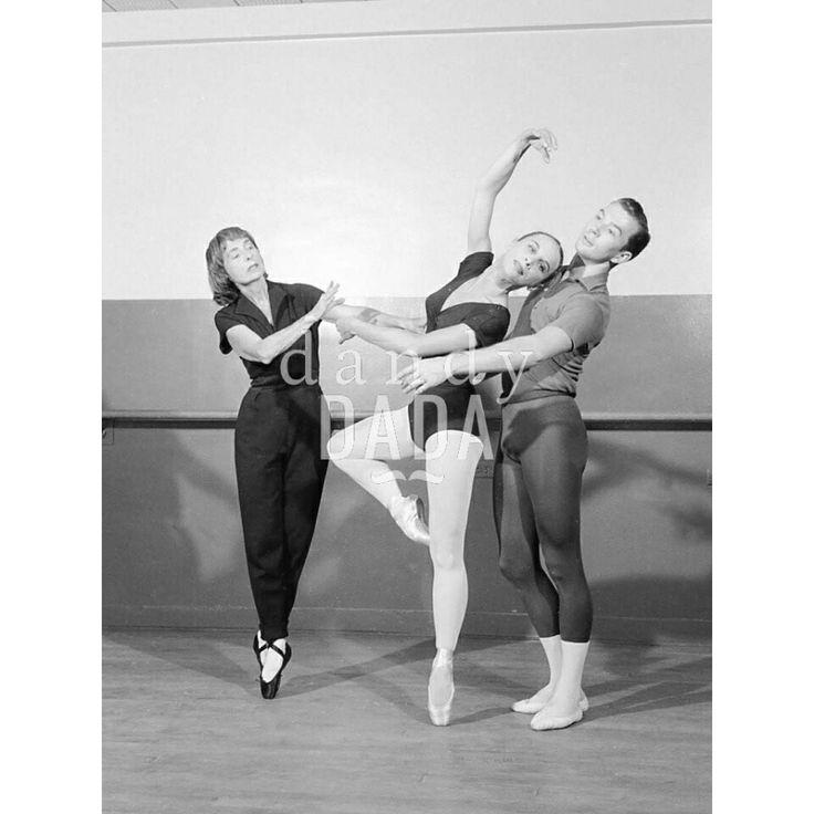 Ruth Page La coreografa #RuthPage e #ballerini della compagnia #ChicagoOpera Troupe provano nella sala del #teatro di Chicago. Gli attimi precedenti alla #Prima trascorrono in un clima di gioia e festa. #vintage #fotografia #danza #ballare #fotografiabiancoenero