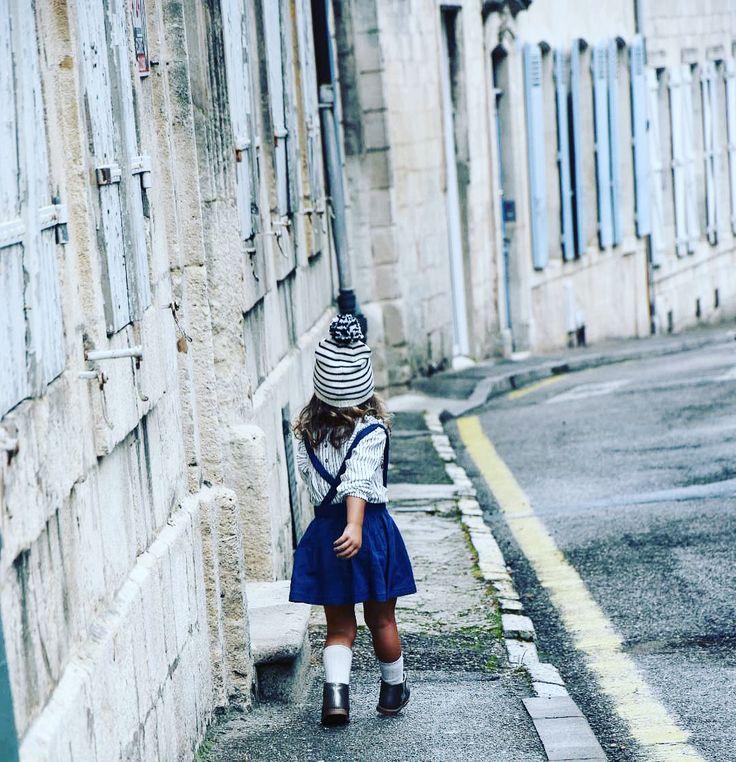 Tenue automnale bleue et blanche, petite robe tablier avec tee-shirt à manches longues, bottines argentées, et bonnet marinière avec gros pompon.
