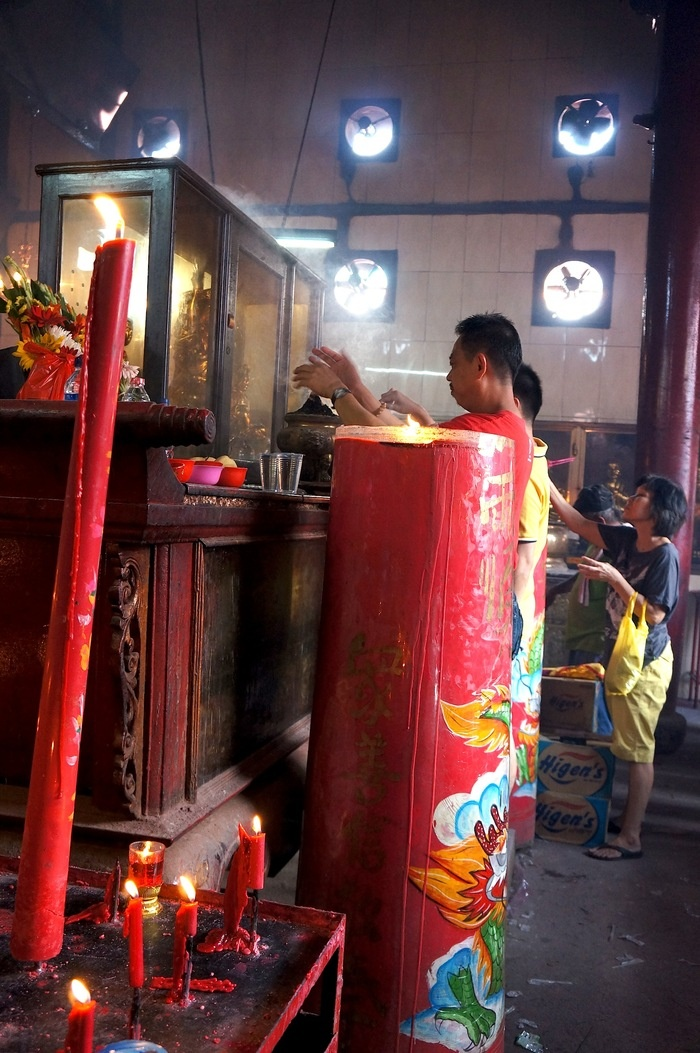 Expect to find mammoth red candles and white smoke from burning joss sticks and papers in Jin De Yuan or Wihara Dharma Bakti in Glodok. Photo by Keshie Hernitaningtyas.