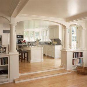 Dies ist ein Beispiel für eine vereinfachende traditionelle weiße thematische Küche mit Bögen. Es gibt auch braune hölzerne Stühle und eine Kücheninsel. Die helle Klangfarbe der Böden auch mit den Farben von der Wand und der Decke ergänzt. Ebenfalls bemerkenswert sind weiße Schränke, Blumenvasen und Fenstern. Quelle: blog.kitchenmagic.com