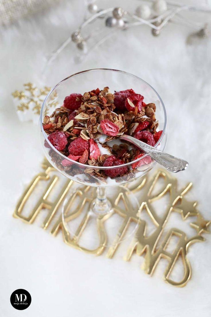 Szybka granola z płatków owsianych smażona na zdrowym oleju kokosowym z dodatkiem miodu, cynamonu, płatków migdałów i jagód goji. Szybki i zdrowy deser.