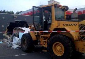 28-Apr-2014 8:02 - SHOVEL RAMT BENZINEPOMP TILBURG. In Tilburg is een benzinestation overvallen met een shovel, meldt Omroep Brabant. Er zijn geen gewonden gevallen. Ook is nog niet duidelijk of er iets is buitgemaakt. Rond 04.30 uur vanochtend reed een shovel door de muur van de winkel bij het benzinestation. Het voertuig maakte een gat van ongeveer zes meter in de muur. Volgens ooggetuigen is de schade enorm.