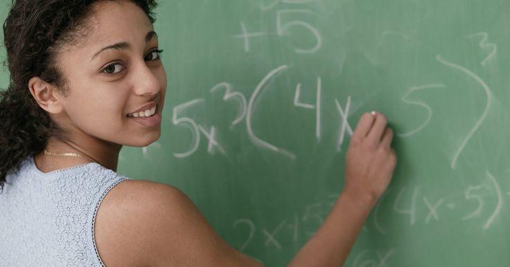 Como usar o mínimo múltiplo comum para resolver equações com frações. Achar o mínimo múltiplo comum (MMC) é uma técnica muito útil para a resolução de expressões racionais com vários termos. A fim de encontrar a variável, primeiro é preciso reescrever as expressões como uma fração única com um denominador em comum. Os termos racionais com frequência terão denominadores diferentes. Ao multiplicar tanto o numerador ...