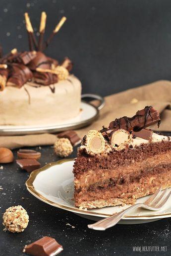 Candy cake Torte mit Waffelröllchen-Knusperboden,Schoko-Nuss-Biskuit, Toblerone-Schmelzschicht, (Kinderriegel-) Schokoladen-Sahne-Creme-Mantel und zweierlei Nougat-Frischkäse-Creme mit Giotto und Bueno, mit Süßigkeiten dekoriert - :) http://www.holladiekochfee.de/candy-cake/