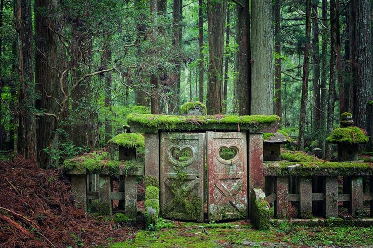 Japanese Buddhist tomb by Thomas  Mueller / 500px