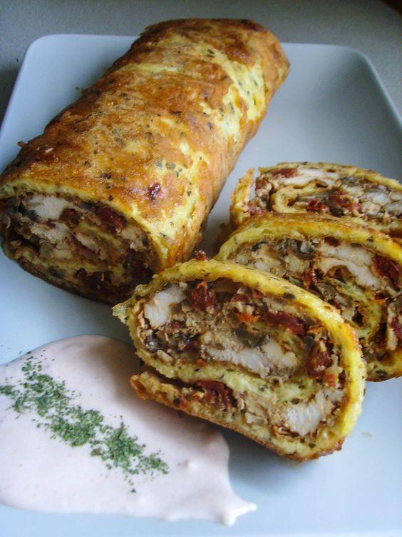 Ciasto z żółtego sera, farsz z piersi kurczaka, suszonych pomidorów i pieczarek , czyli przepyszna rolada serowa, którą można jeść na ciepło czy na zimno.