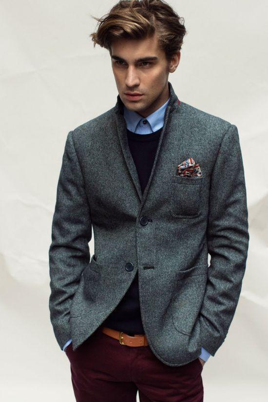 Acheter la tenue sur Lookastic: https://lookastic.fr/mode-homme/tenues/blazer-pull-a-col-rond-chemise-de-ville-pantalon-chino--ceinture/3852   — Chemise de ville bleue  — Pochette de costume imprimé beige  — Pull à col rond noir  — Blazer en laine gris foncé  — Ceinture en cuir brun clair  — Pantalon chino bordeaux