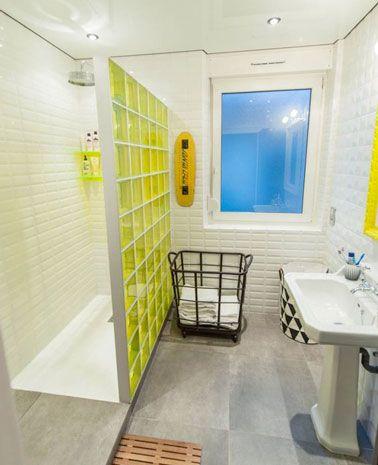 Petite salle de bain avec cloison de douche italienne jaune